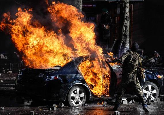 Lángoló autó Kijevben. Az egyre hevesebb demonstrációnak mind több halottja és sebesültje van.