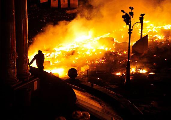 A tűzoltóknak reggel abba kellett hagynia az oltást, amiért a parancsnokságnak helyet adó szakszervezeti székház lángoló épületének negyedik és ötödik szintje beomlott. Az épületből 30 embert menekítettek ki.