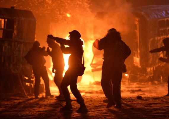 Az ukrán államfő kabinetfőnökének helyettese, Andrij Portnov kijelentette, hogy az összecsapásokkal összefüggésben elkövetett törvénysértések súlyos bűncselekményeknek számítanak.