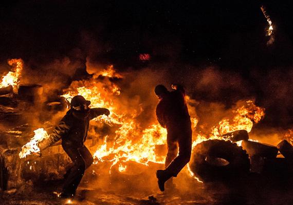 A forradalmárok Molotov-koktélokat dobálnak.