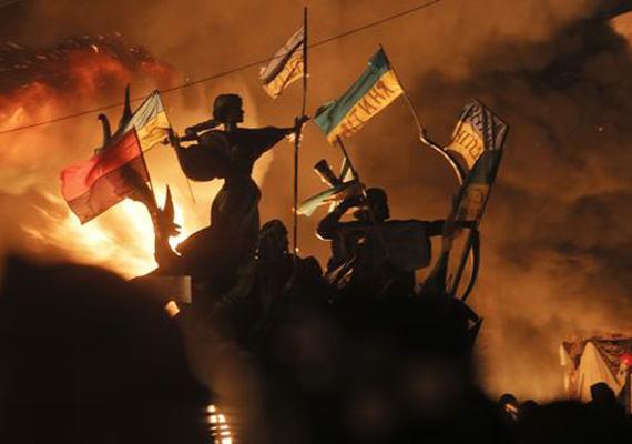 A tiltakozók forradalmi dalokat énekelnek, táplálják az égő barikádok lángjait, amivel falat emelnek a belügyi egységek elé. A kép megdöbbentő, Delacroix a Szabadság vezeti a népet című képére hasonlít.