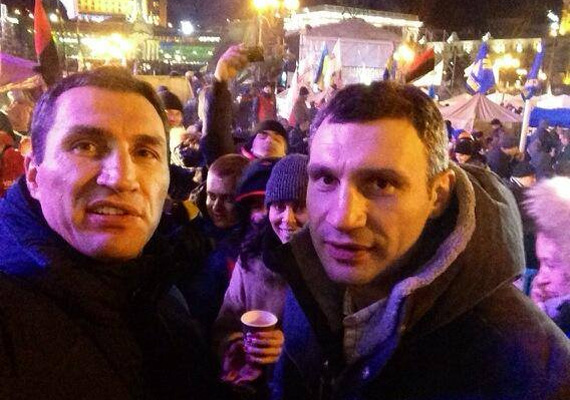 A tüntetők egyik vezérszónoka Vitalij Klicsko, aki szívesen lenne a következő ukrán miniszterelnök. A képen testvérével Vlagyimirral látható, aki csatlakozott a megmozduláshoz.