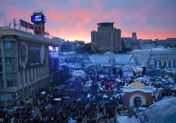 Kijev szerda hajnalban. A demonstrálók sárortáborát nagy részben eltüntette a rendőrség szerda virradóra. Most nincsenek rendőrök a téren.