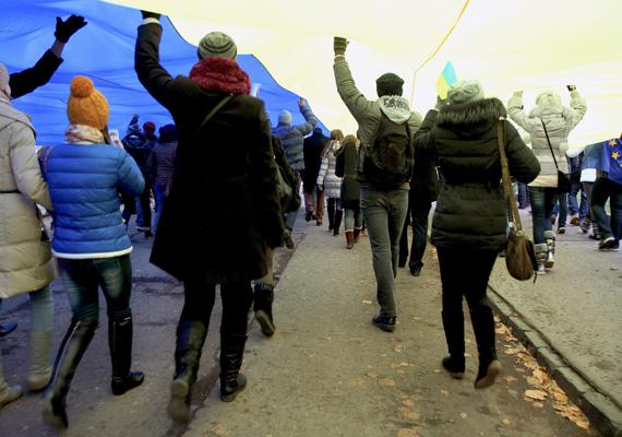Egy óriási ukrán nemzeti lobogót visznek a Janukovics elnök távozását követelő tüntetők december 5-én, Ungváron.