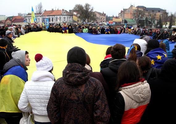 Tüntetők Ungváron. A kormány december 10-én bejelentette, hogy újra a megszokott rendben tud működni a kormány, miután a rohamrendőrök kiszorították a tüntetőket a kormányzati negyedből.
