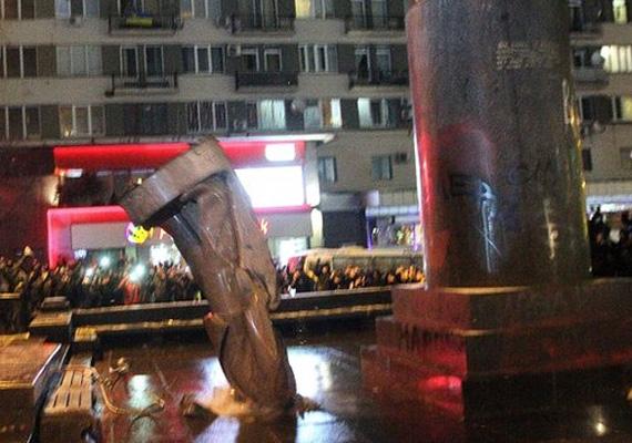 A hétvégén az EU-szimpatizáns tüntetők ledöntötték az utolsó Lenin-szobrot is Kijev Besszarabszkja terén.