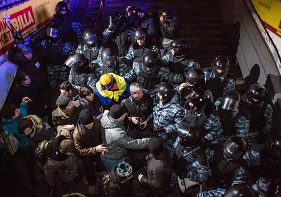 Tüntetők és rohamrendőrök összecsapása.