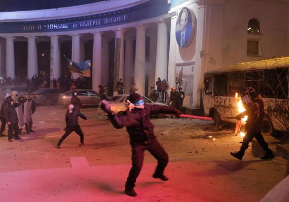 A tüntetők kövekkel és Molotov-koktélokkal támadnak a rendőrökre.