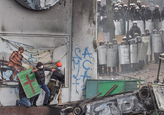 Az ellenzéki tüntetők Molotov-koktélokkal támadnak a rendőrökre.
