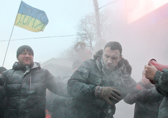 Port permeteznek az ellenzéki vezető, Vitalij Klicsko arcába a tüntetések közepette, 2014. január 19-én, vasárnap.
