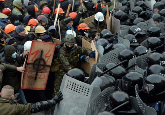 A rendőrök pedig gumilövedékeket, tömegoszlatásra szolgáló gránátot és néha vízágyút vetnek be a demonstrálók ellen.