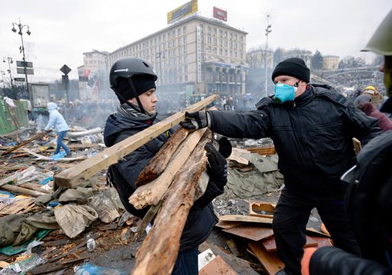A tüntetők fát gyűjtenek a barikádépítéshez.
