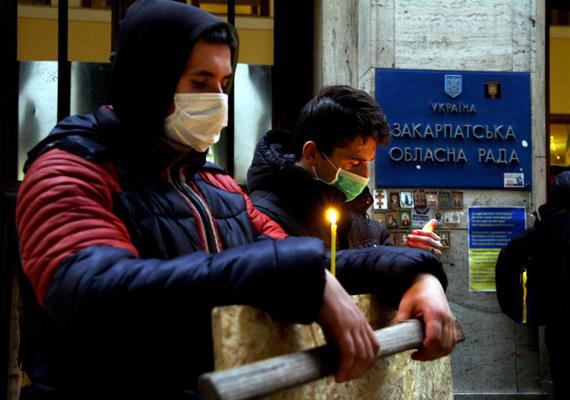 Aktivisták imádkoznak a Kijevben elhunyt forradalmárokért a kárpátaljai megyei állami közigazgatási hivatal előtt tartott gyászmisén, Ungváron.