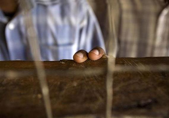 Srí Lanka, 2007: egy gyermek érinti meg cellája tetejét. Amíg háború folyt a kormány és a Liberation Tigers of Tamil Eelam - LTTE - szervezet között, a kiskorú fiúkat bebörtönözték, hogy ne csatlakozhassanak az LTTE-hez.