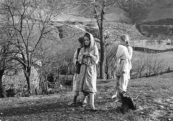 Jugoszlávia, a második világháború környéke: muszlim lányok sétálnak mezítláb a falujukban.