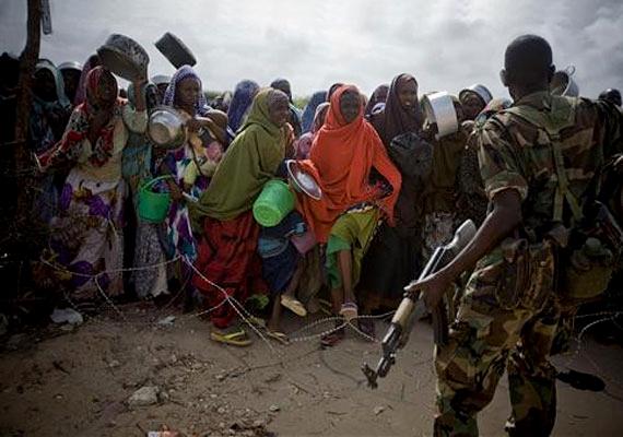 Szomália, 2011: egy katona irányítja a nőket és a gyerekeket egy táborban, a még mindig háborúdúlta főváros közelében.