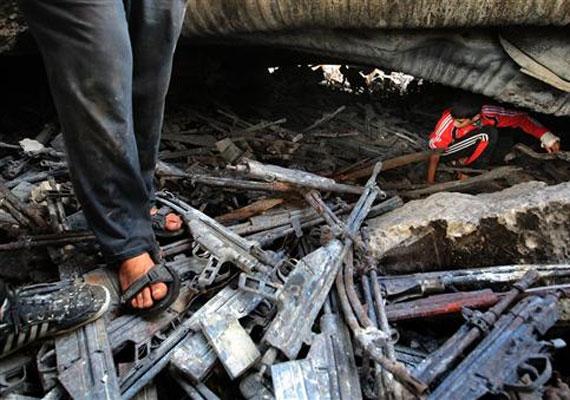 Líbia, 2011: fiúk sétálnak egy korábban lebombázott fegyverraktár romjai között.