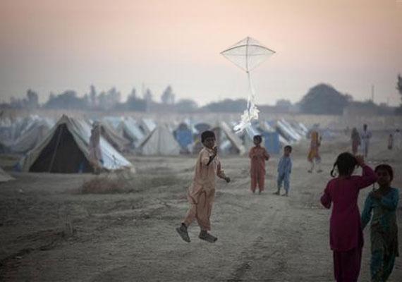 Pakisztán, 2010: egy kisfiú sárkányt ereget egy menekülttáborban.