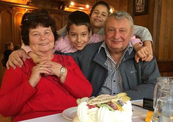 Mesterházy Attila azt mutatta meg Facebook-oldalán, hogy milyen az, amikor családi ünnepet tartanak: itt éppen a szülei születésnapját ünneplik.
