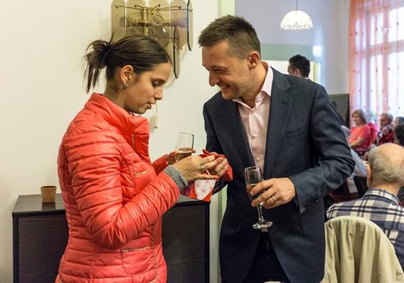Rogán Antal és felesége, Cecília a húsvétot egy öregek otthonában ünnepelték, de azért szakítottak időt a közös koccintásra is.