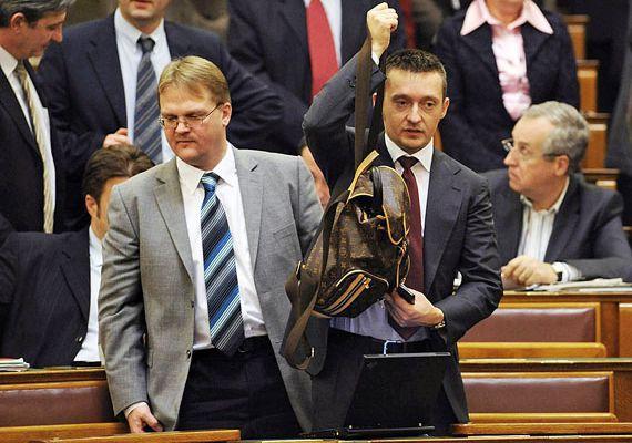 Rogán Antalról és barna Louis Vuitton hátizsákjáról hetekig forogtak a Parlamentben készült fotók, majd a mémek az interneten. Rogán egy idő után megelégelte a szütyő miatti támadásokat, és feleségével feltették az egyik online aukciós oldalra az inkriminált darabot, 80 ezer forintos induló áron. A divatmárka internetes boltjában egyébként 1840 dollárba - körülbelül 420 ezer forintba - kerül egy ilyen hátizsák.