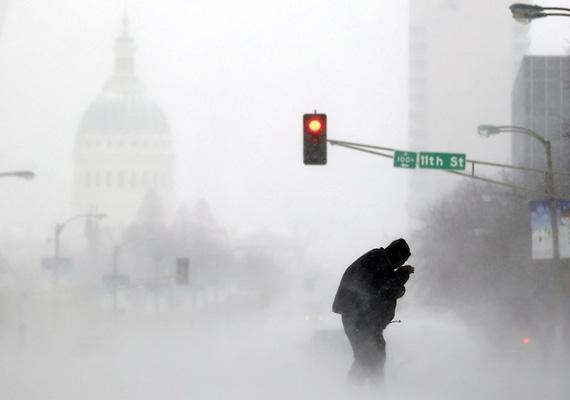 Egy férfi próbálja magát átverekedni a hatalmas hóviharon St. Louis utcáján.