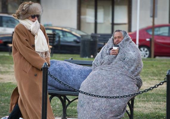 Sálba burkolózó nő és vastag pokrócban ücsörgő hajléktalan próbálja átvészelni az életveszélyes időjárást Washingtonban.