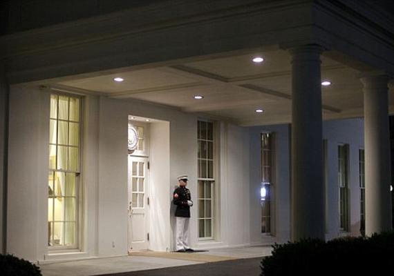 A Fehér Ház személyzete is csökkentett létszámmal folytatta a munkát. A leállás miatt egész Amerikában közel egymillió kormányalkalmazottnak kellett fizetés nélküli szabadságra mennie.