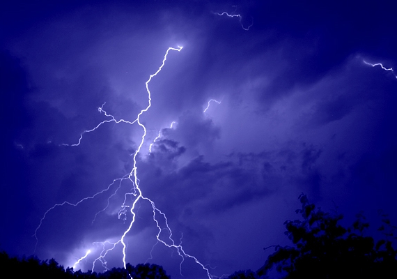 Ha éppen nincs hőség, akkor vihar van. Alapvetően nincs bajod az esővel, de a dörgés és a villámlás hamar kikészít, főleg, ha az ítéletidő kint talál rád, lehetőleg jégeső formájában. Akárki akármit mond, a nyári viharok tudnak a legdurvábbak lenni.