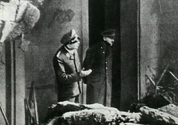 Hitler a berlini bunker bejáratát fürkészi, ahol nem sokkal korábban bomba robbant. A fotó pontosan két héttel az előtt készült, hogy meghalt volna.