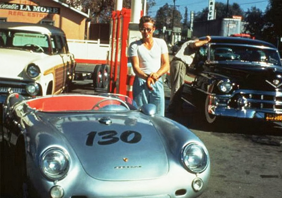 Még csak kilenc napja volt ez a csodás autó James Dean tulajdonában, amikor balesetben életét vesztette. A fotó az utolsó tankolása alkalmával készült.