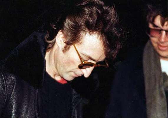 Mark David Chapman éppen autogramot kér John Lennontól. Mindez csupán néhány órával az előtt történt, hogy a férfi lelőtte a legendás énekest.
