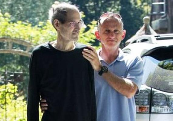 Az Apple egykori igazgatója, Steve Jobs rákbetegsége utolsó stádiumában már az autóig sem tudott kíséret nélkül elmenni. Ez az utolsó fotó, ami készült róla.