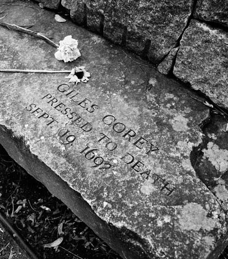 """""""Több súlyt!"""" - Giles CoreyAz 1600-as években, mikor a világ boszorkányoktól és ördöggel cimborálóktól rettegett, akit egyszer megvádoltak a sötét mágia bűnével, nehezen szabadult. Ha önszántából nem vallotta magát bűnösnek, hát kicsikarták belőle a vallomást. Giles Corey testére napokon keresztül súlyos köveket pakoltak, ám ő nem tört meg, és vallomás helyett utolsó leheletéig dacolt, és semmi mást nem mondott kínzóinak, csak azt: """"Több súlyt!"""""""