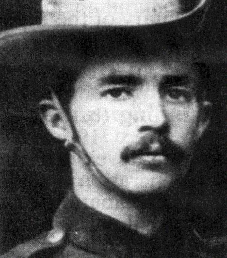 """""""Lépjenek közelebb, fiúk, úgy könnyebb lesz"""" - Robert Erskine ChildersRobert Erskine Childers az ír függetlenség eszméjének híve volt, részt vett egy összeesküvésben a Londonnal kiegyezésre törekvő Ír Szabad Állam kormánya ellen. Ez után tiltott fegyvertartás ürügyén elítélték, és golyó általi halálra ítélték. Ma nemzeti hősként tisztelik, és írói munkássága is elsimert lett - iróniájáról és fanyar humoráról utolsó mondata is árulkodik."""
