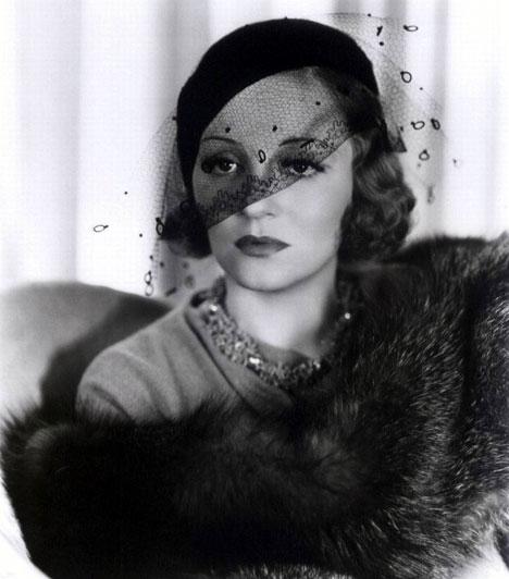 """""""Kodein... bourbon..."""" - Tallulah Bankhead  Tallulah Bankhead legendás színésznő és liberalista volt, aki izgalmas, ám botrányoktól sem mentes életet élt - nem vetette meg sem az alkoholt, sem a kábítószert, sem pedig a férfiak és nők szerelmét. Egyszer állítólag azt mondta, hogy évente csak kétszer szokott hisztériás jelenetet rendezni - mind a kettő hat hónapig tart. 66 évesen halt meg, utolsó szavaival kodeint és bourbont kért."""