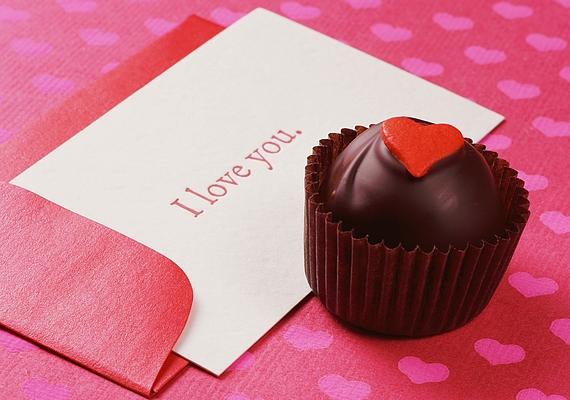 A saját kézzel készített ajándékok, például a személyre szóló Valentin-napi kártya komoly érzelmekről árulkodnak: a srác valószínűleg szerelmes, ha képes volt leülni, elővenni a kreatív énjét, és tollat-ceruzát ragadni.