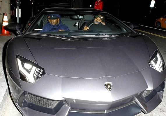 Egy buliban is külön voltak, Chris Brown egy barátjával érkezett egy sportkocsin, és úgy tűnt, mintha észre sem vennék egymást Rihannával.