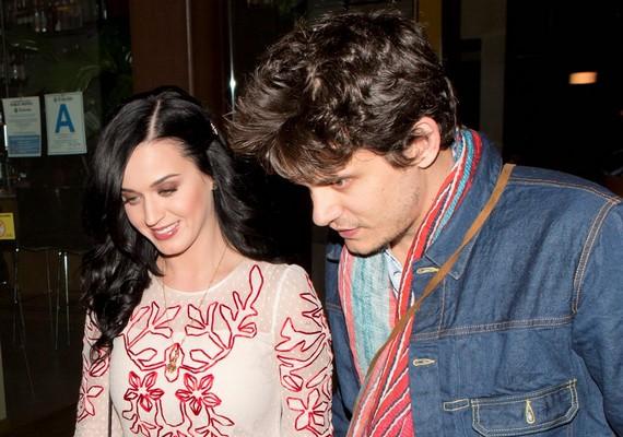 Katy Perry szerelmével, John Mayerrel költött el egy romantikus vacsorát Valentin-napon.