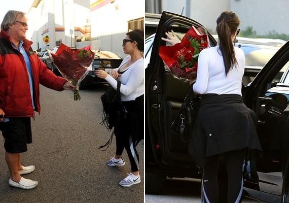 Kim Kardashiannek váratlan meglepetésben volt része: egy paparazzo nagy csokor virággal fogadta az utcán.