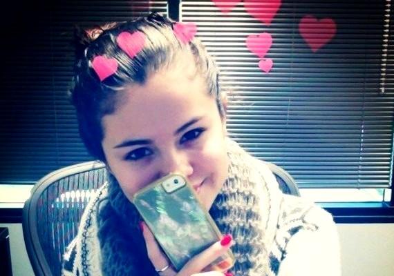 Selena Gomez tavaly ilyenkor gyémántgyűrűt és virágcsokrot kapott Justin Biebertől, de idén már egyedül töltötte a Valentin-napot. Ennek ellenére boldognak tűnik a fotón, amit a Twitteren osztott meg.