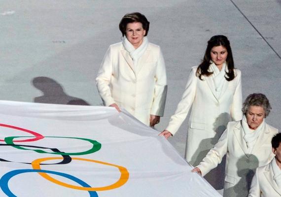 Ő hozta be az olimpiai lobogót Oroszország hét másik köztiszteletben álló személyiségének oldalán.