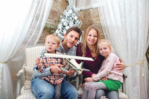 Gera Zoltán tavaly ezt a gyönyörű képet tette közzé családjáról. A focista és felesége, Tímea már több mint tíz éve házasok, gyermekeik - Hanna és Jonatán - hét- és négyévesek.