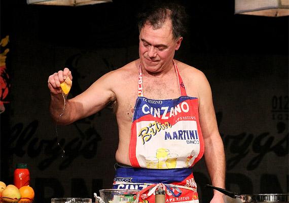 Gáspár Sándor konyhaművészetét is megcsillogtatja az előadás során.