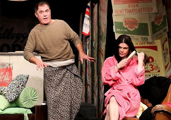 Frankie és Johnny mindketten elváltak, egymásra találásuk küzdelmét állítja elénk a darab eszköztelenül, őszintén.