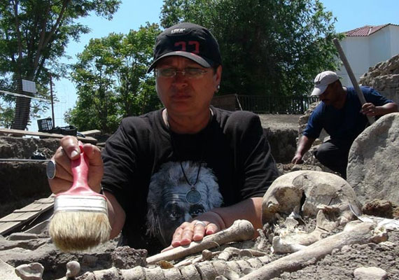 Kalina Kostadincheva régész épp az egyik csontvázat tisztítja meg.