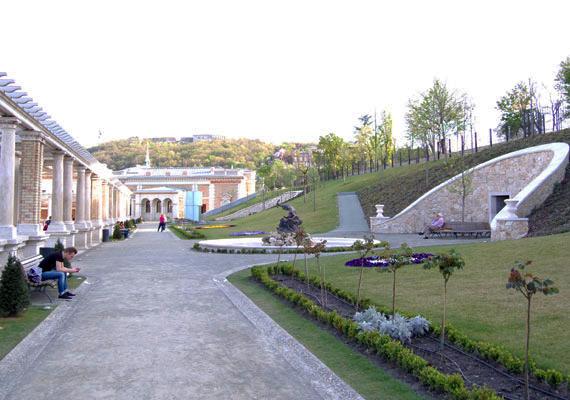 A kellemes időben kezdik belakni a kertet a helyiek és a turisták is. A szökőkút és a vizesárkok még nem üzemel.