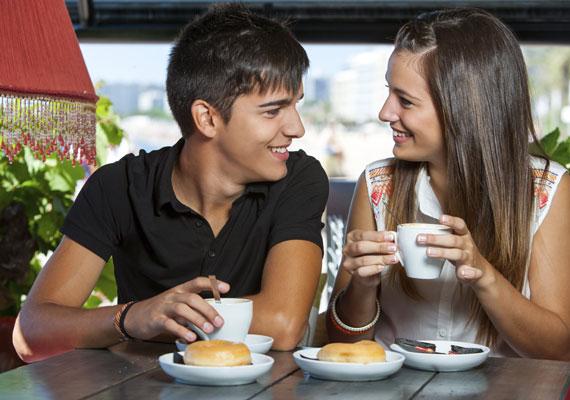 Ha még sincs otthon burgonya a vasárnap délre tervezett rakott krumplihoz, és ezt csak reggel veszed észre, ne ess pánikba! Az éttermek, kávézók és cukrászdák nyitva maradhatnak a hét utolsó napján, de a kis pékségek is délig várhatják a vevőket. Egy vasárnap délutáni randi alkalmával, ha a fiú üres kézzel állít be a kávézóba, és a KDNP-re hivatkozik, láss át a szitán! Igen, a virágárusok kinyithatnak.