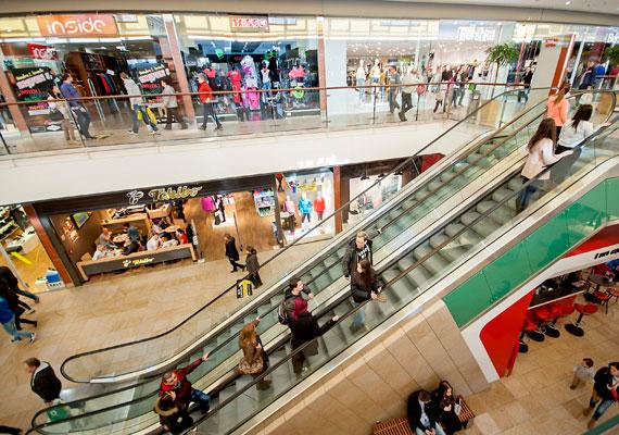 Az általunk megkérdezett bevásárlóközponti eladók ugyan örülnek, hogy rendszer költözik a szabadnapjaikba, így könnyebb lesz tervezni, annak azonban nem örülnek, amilyen árat azért fizetniük kell. Csütörtökön, pénteken és szombaton ugyanis hosszított nyitva tartással készülnek a plázák, így riportalanyaink kénytelenek lesznek ezeken a napokon akár 12-13 órát is ledolgozni. Egy kisgyermekes anyukának ez azt jelenti, hogy három napig nem is látja a gyerekét.