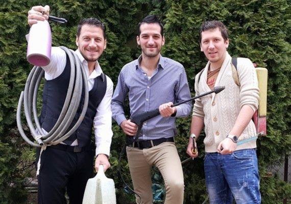 Csaba, Balázs és Tamás születési sorrendben álltak be a fotóhoz: mindhárman hasonlítanak egymásra, de a két idősebb fiú akár ikerpár is lehetne.